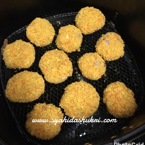 Nugget Ayam digoreng dalam air-fryer.