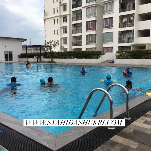 Bermandi-manda di swimming pool sebelum jamuan makan malam