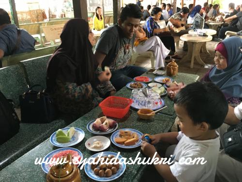 Menikmati buah-buahan dan air teh herba di Sungai Mekong