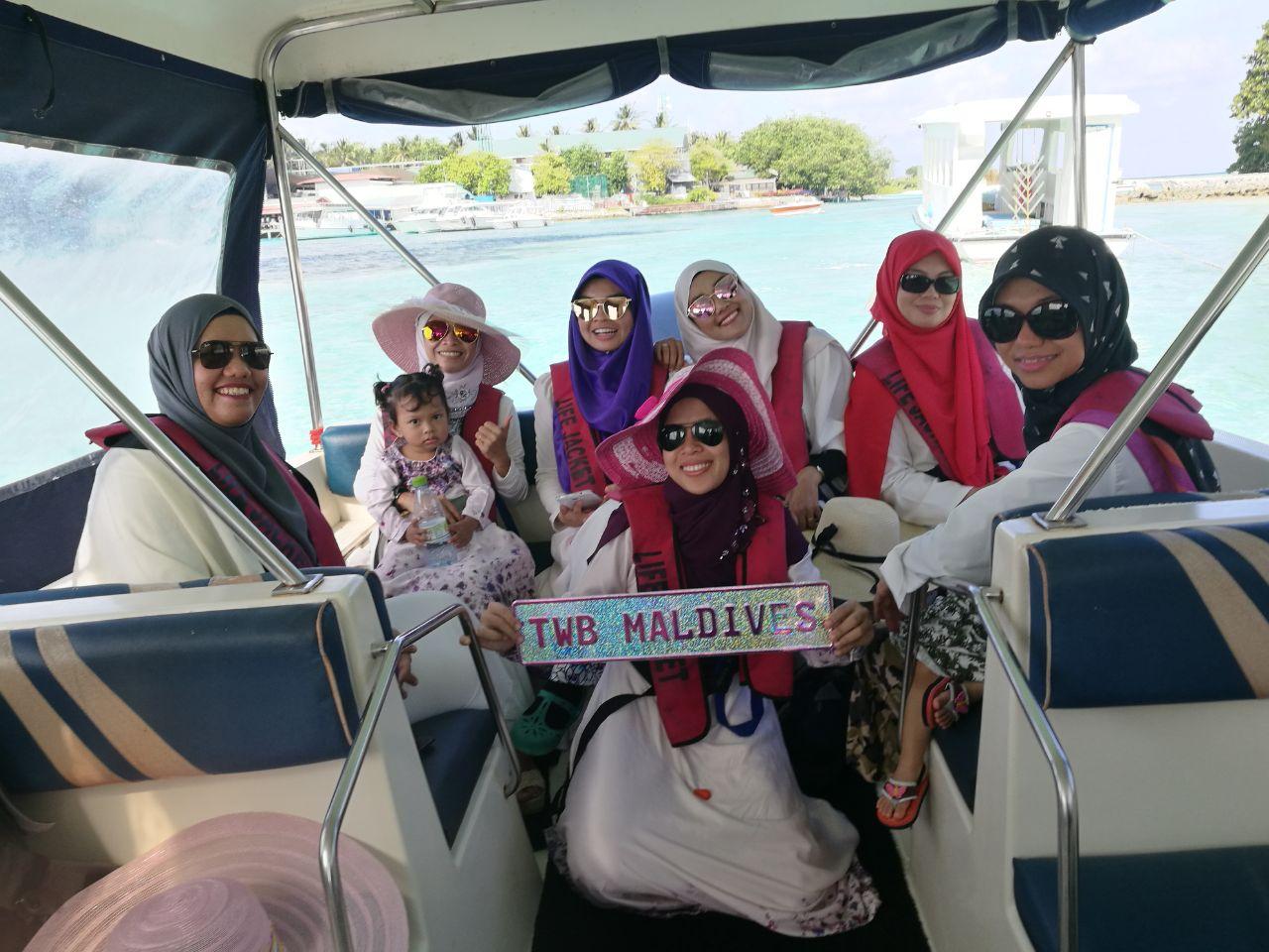 Ahli-ahli beauticians TWB ketika melancong ke Maldives pada September 2017