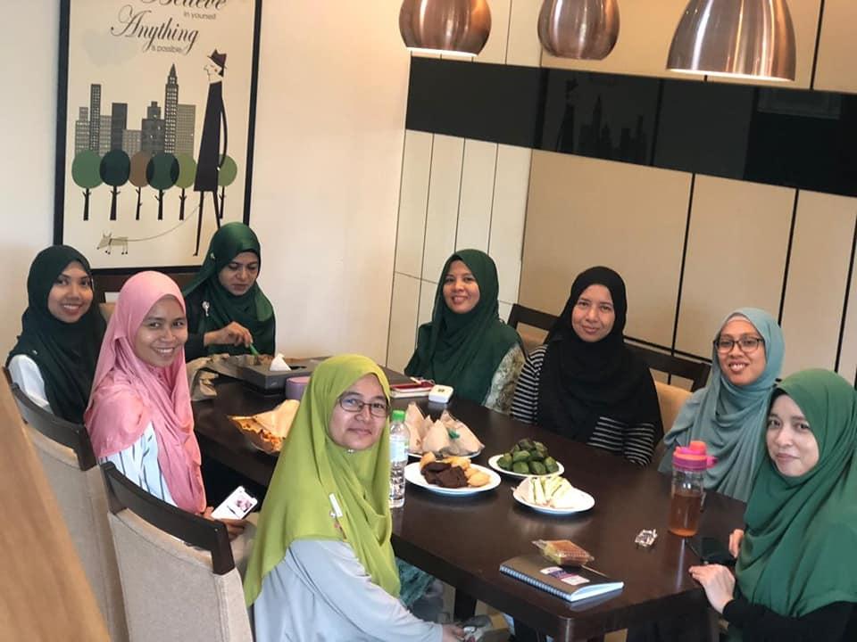 Team Jutawan sedang makan-makan sebelum meeting.