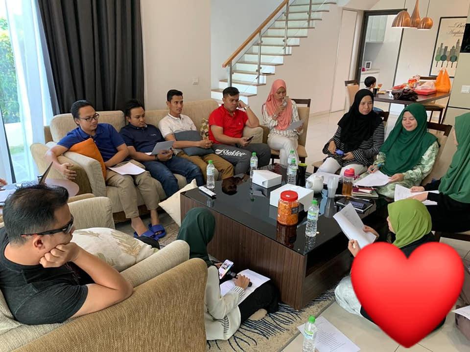 Team Jutawan khusyuk berbincang.